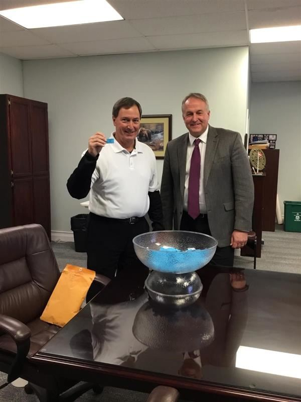 Photo of Dr. Will Hoffman and Bruce Murray Raffle Drawing